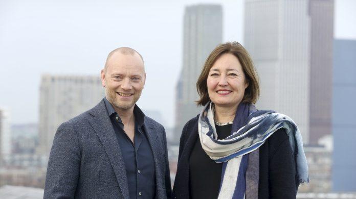Søren Abildgaard, CEO van T-Mobile Nederland, en wethouder Saskia Bruines (Kenniseconomie0 hebben de gezamelijke ambitie om van Den Haag een een 'Smart City' te maken.